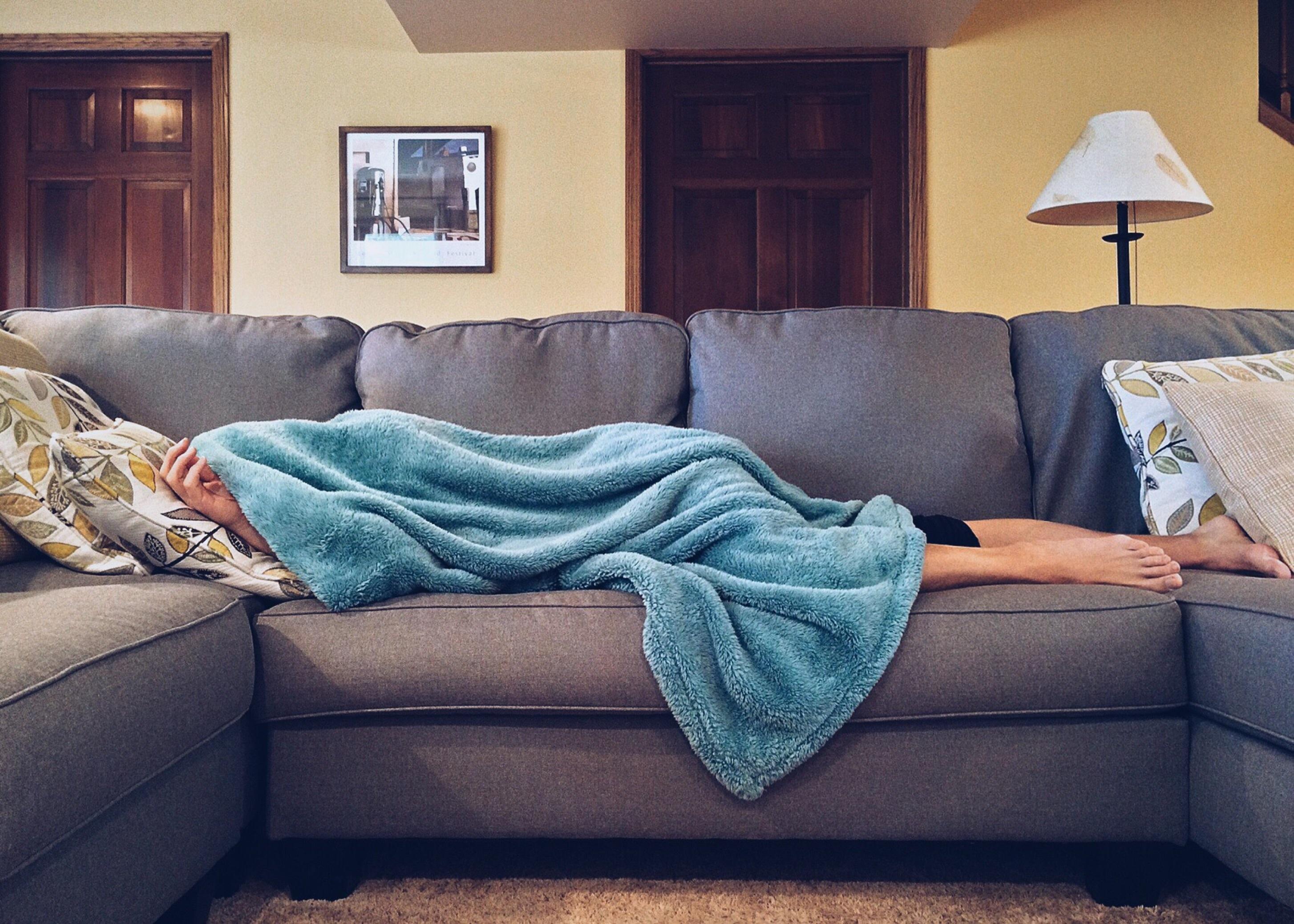 mann schläft auf couch