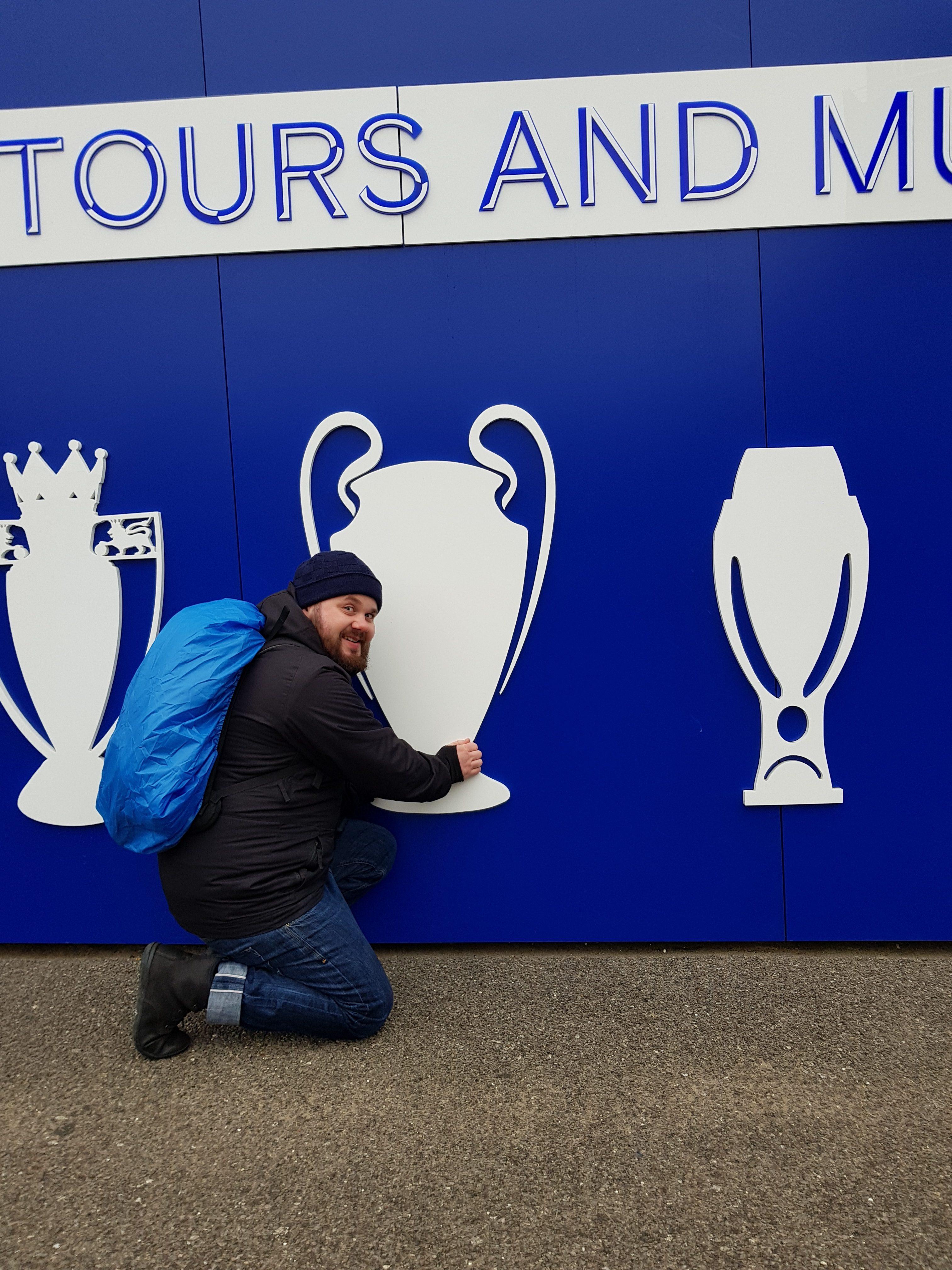 Große und Kleine Fans vor dem Stadion des FC Chelsea