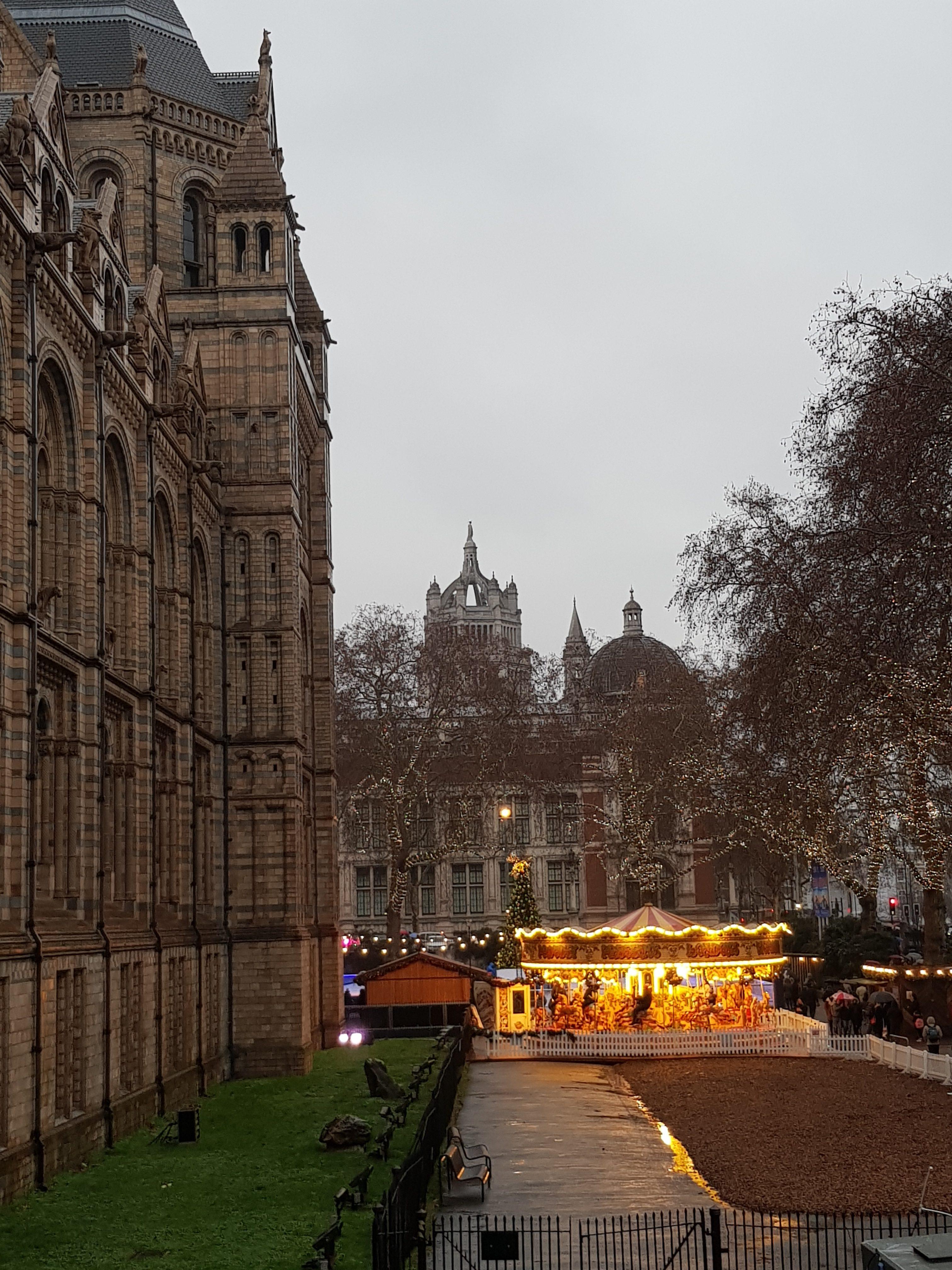 Schöne Eisbahn vor dem National History Museum London
